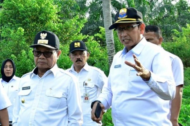 Gubernur Jambi Fachrori Umar (kiri) bersama Karo Humas Johansyah