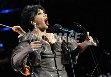 """Shirley Bassey canta """"Diamonds Are Forever"""""""