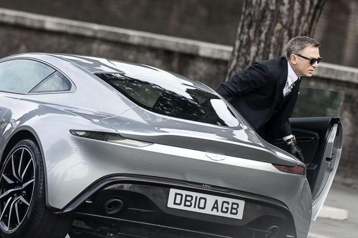 """Daniel Craig e o Aston Martin DB10 no set de """"007 Contra SPECTRE"""" em Roma © WireImage"""