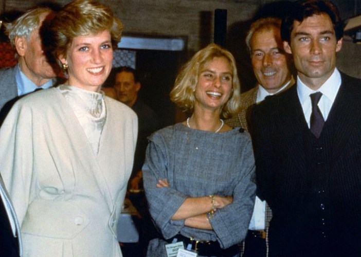 Princesa Diana, Maryam D'abo, o diretor John Glen e Timothy Dalton no set do filme © 1986 Getty Images Europe