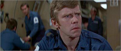 Jeremy Bullock como oficial da marinha em 007 - O Espião que me Amava
