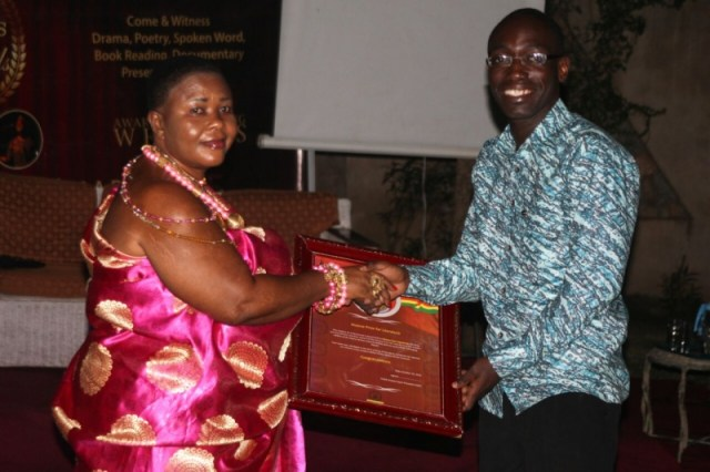 Dr. Michael Osei Agyapong receives the Ananse Prize for Literature 2016