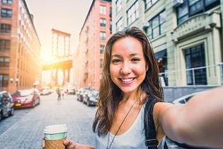 Pesquisa revela que quem faz selfies guarda mais lembranças das viagens