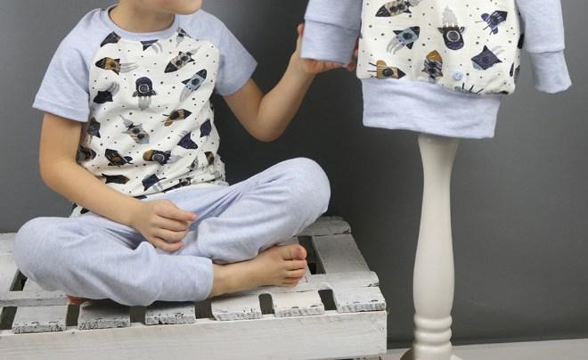Selbstgenähte Raketenschlafanzug mit passendem Langarmshirt für einen kleinen Weltraumshirt. JanaKnöpfchen - Nähen für Jungs