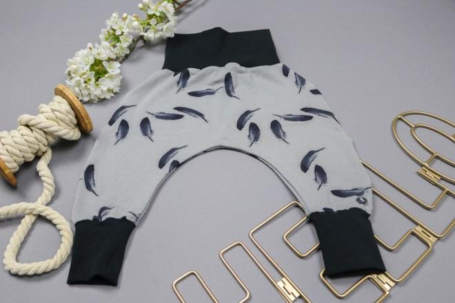 handmade Pumphose mit Federn für Mädchen in Größe 56. JanaKnöpfchen-Shop. Selbstgenähte Baby- und Kinderkleidung