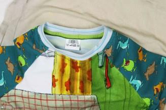 Halsausschnitt versäubert am selbstgenähten Schlafanzug. JanaKnöpfchen - Nähen für Jungs
