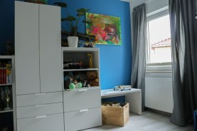 Lego-Tisch mit Kleiderschrank im Jungskinderzimmer. JanaKnöpfchen - Nähen für Jungs