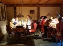 Gezellig samen dineren tijdens schildercursus in Frankrijk