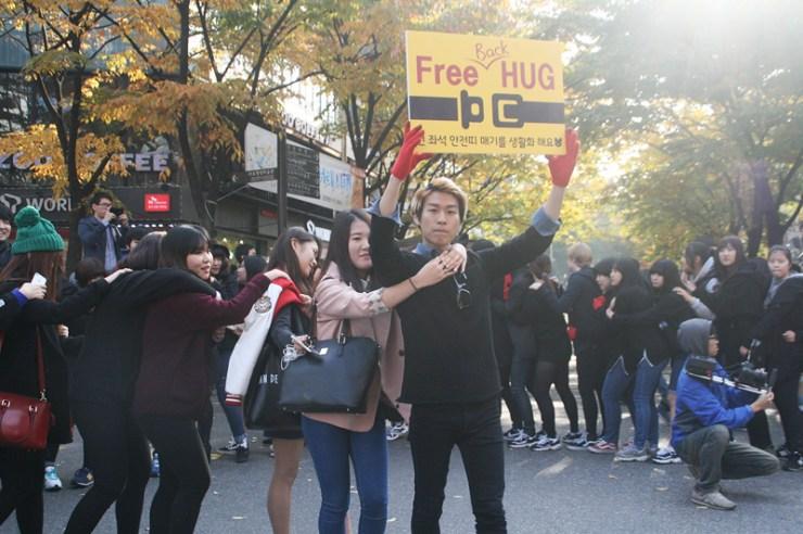 free hugs in seoul