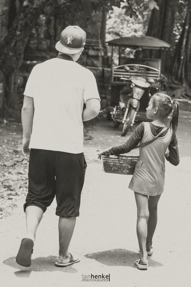 Kinder, die Souvenirs verkaufen