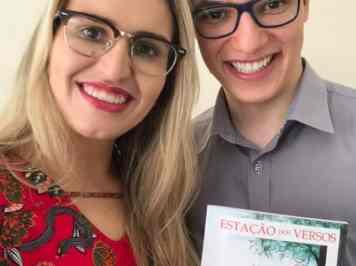 Psicólogo e Psicanalista de Varginha recebe as edições do livro com poesia sua e de escritores locais
