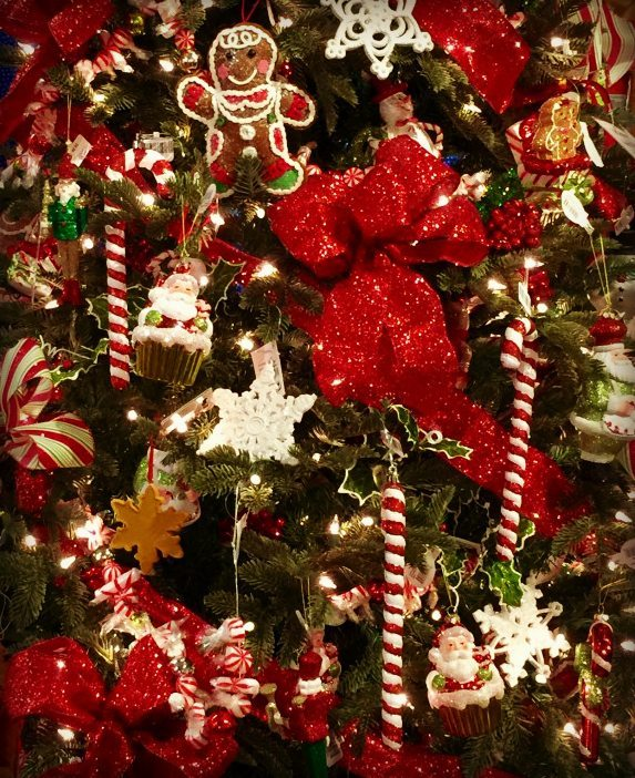 Christmas-Tree-All-Decorated-707x1024