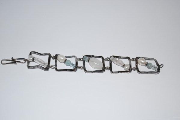 """Oxyderet armbånd - """" sølvrammer """" med Ferskvandsperler, Aquamariner og månesten isatkraftig s-lås."""
