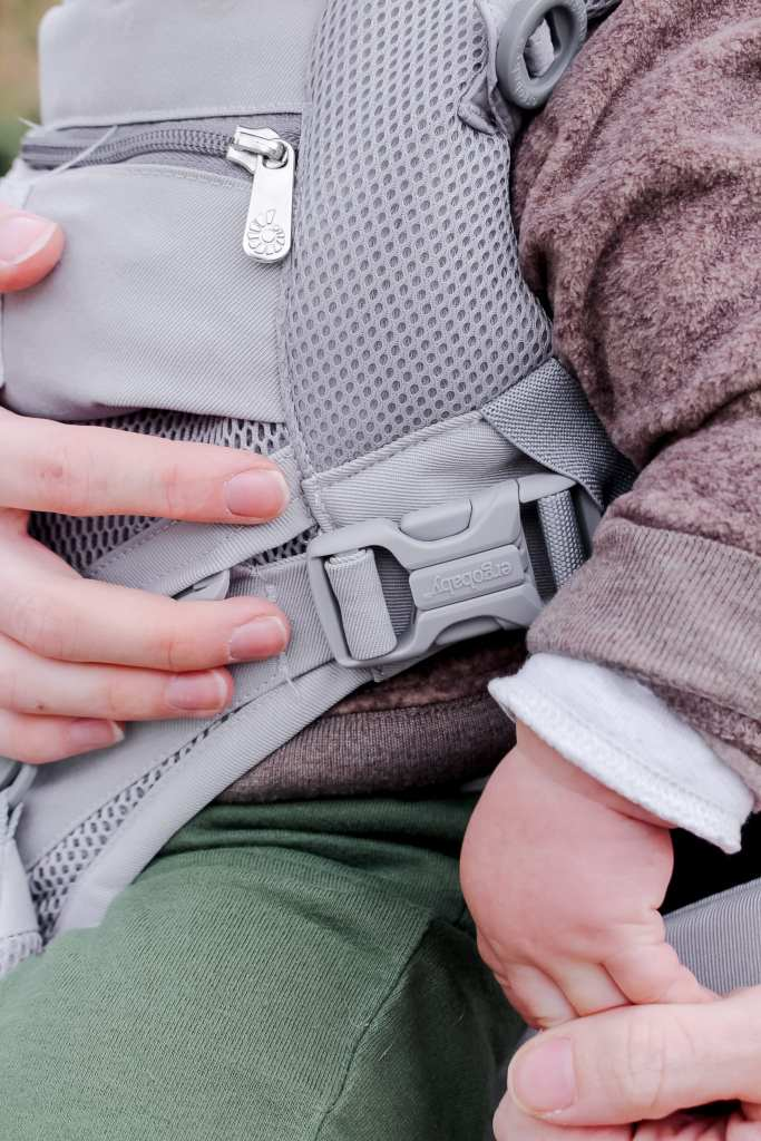 See all of the features of the best baby carrier with the ergo omni 360 review. #BabyWearing #BabyCarrier #Ergo #StructuredCarrier