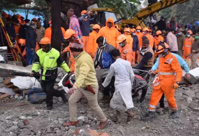 ghaziabad murad nagar roof collapse dead body nh 58 jam