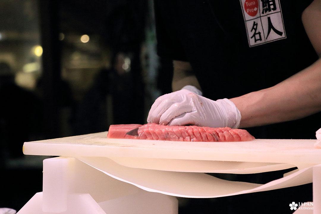 Découpe de thon rouge en tranches pour du sashimi frais