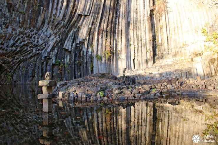 Le blog Japan kudasai présente les grottes de Genbudo, proche de kinosaki, une belle alternative aux basaltes de la chaussée des géants d'Irlande.