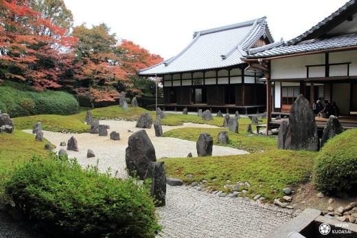temple komyo-in au sud de kyoto, sous temple du complexe tofukuji, jardin sec remarquable avec pierre mousses et graviers japonais