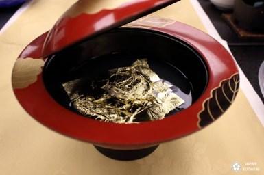 Un voyage au Japon ne serait pas complet sans séjourner dans un ryokan, cette auberge luxueuse qui perpétue tous les charmes des traditions japonaises. J'ai eu la chance de passer une nuit au ryokan Asanoya, une véritable institution dans le village de Yumura. Le principe de ces établissements est d'offrir une expérience de détente complète autour de la combinaison gagnante suivante : bains dans des onsens, repas traditionnel raffiné kaiseki, service haut de gamme, et cadre d'exception. Japan kudasai.