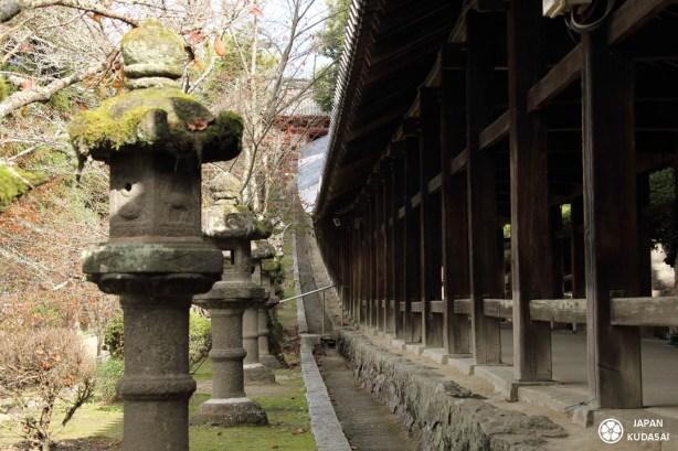 Le corridor de Kibitsu jinja, de la région d'Okayama et de la plaine de Kibi, est célèbre pour son corridor en bois de 360 mètres de long.
