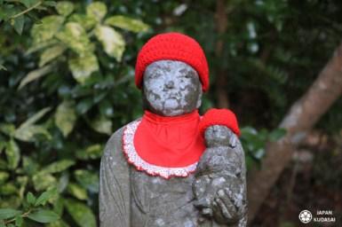 Statue de Jizo au temple Mitaki dera à Hiroshima, reconnaissable avec son bonnet rouge et son bavoir écarlate.