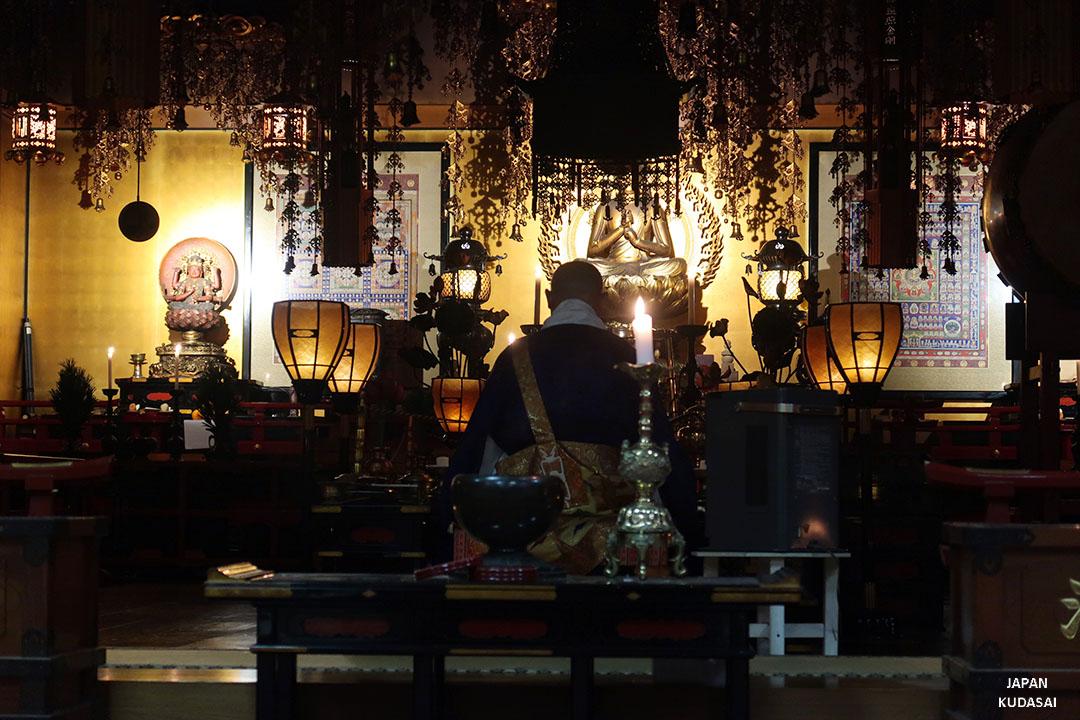 prière moine bouddhiste mont koya