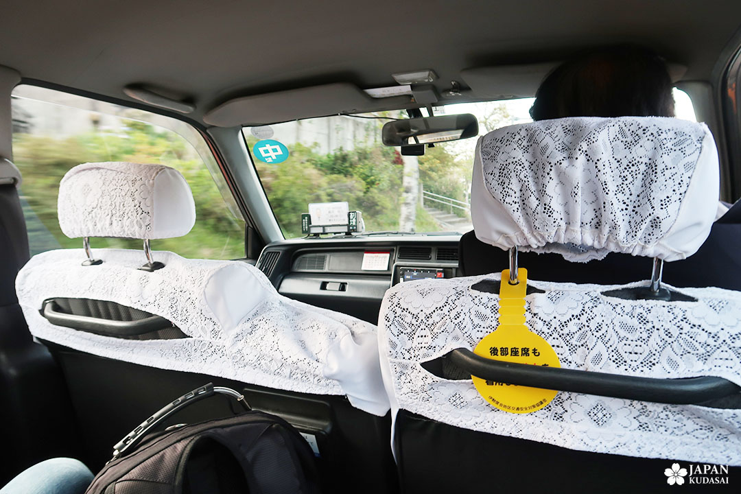 taxi au japon avec dentelle sur les sièges