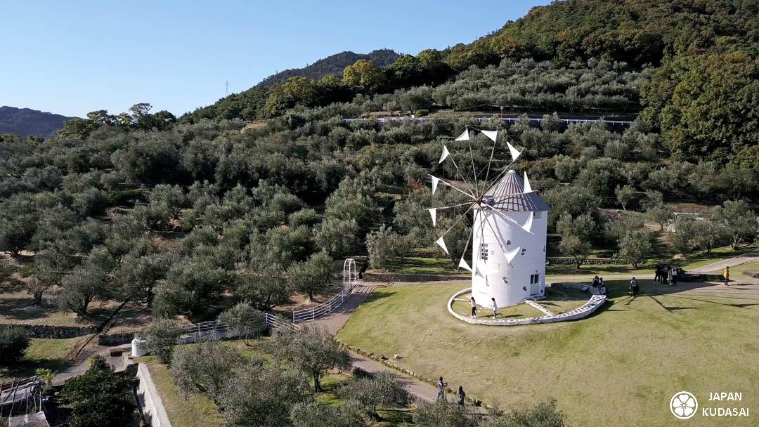 Shodoshima est une île de la mer de Seto très connue pour son olive park, ses oliviers, l'huile d'olive et son moulin blanc unique au Japon.