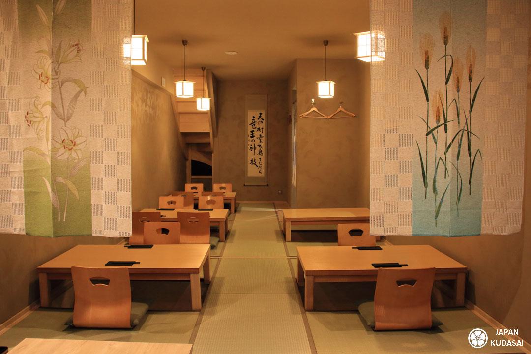 df4679c08957ca La salle du restaurant Iida-ya à Dole propose des plats japonais dans une  ambiance