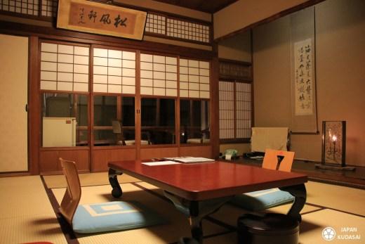 Chambre dans un ryokan à Miyajima. Présentation de ma chambre réserver au très réputé ryokan Iwaso, proche du parc Momijidani. L'espace permet d'accueillir un repas traditionnel kaiseki (sashimi, sushi, boeuf de Kobe, thé macha) et des futons pour dormir.)