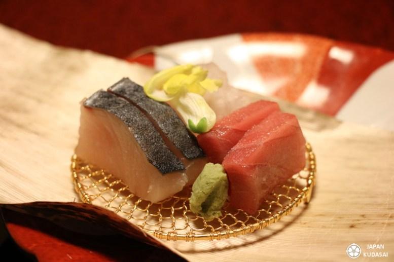 Saumon, thon rouge et bonite servis en sashimis lors du repas kaiseki dans un ryokan à Miyajima.