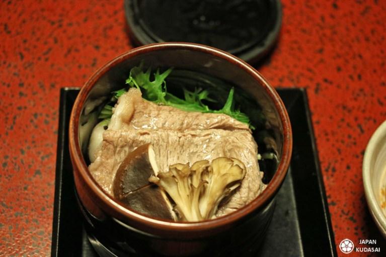 Boeuf de Kobe, mizuna et champignons shiitake.