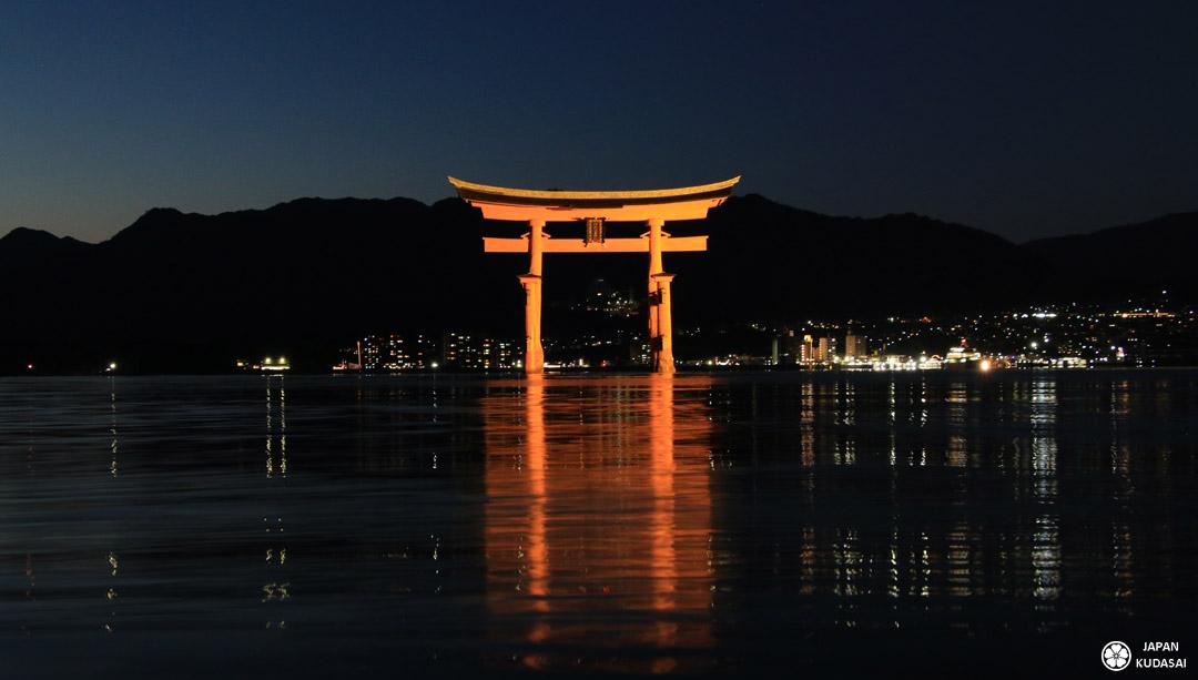 Le grand torri flottant de Miyajima, vue de nuit depuis le sanctuaire d'Itsukushima.