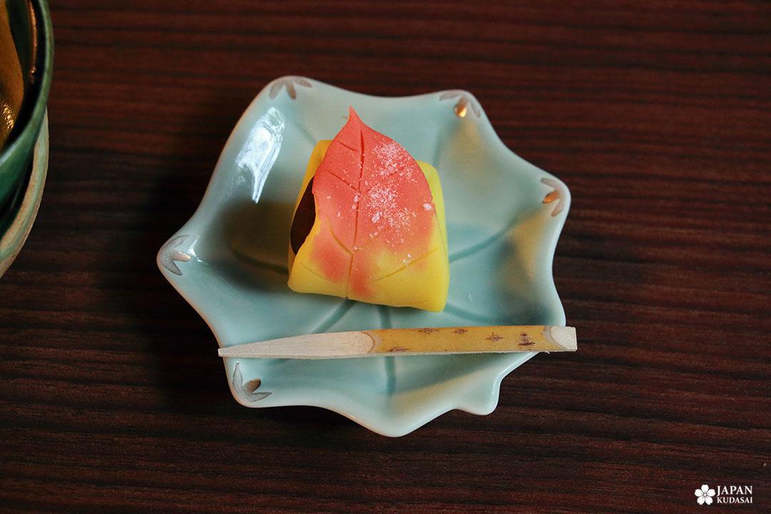 manger une patisserie wagashi à kanazawa