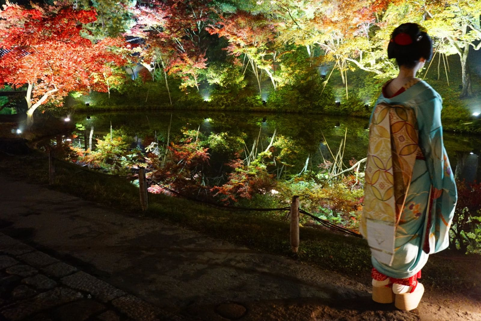 Maiko under höstlöv på Kodaiji