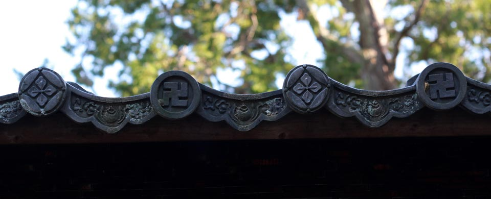 kyoto-zuihoin-swastika_roof_mr