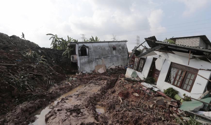 Massive mound of garbage collapses in Sri Lanka, killing 20