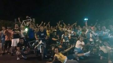 Participantes da primeira Bicicletada Massa Crítica da Região Oceânica, na praia de Itacoatiara, Niterói