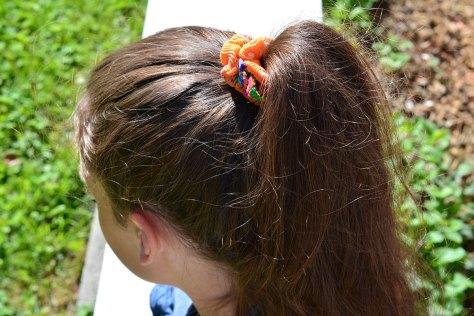 Uppsatt hår med scrunchie