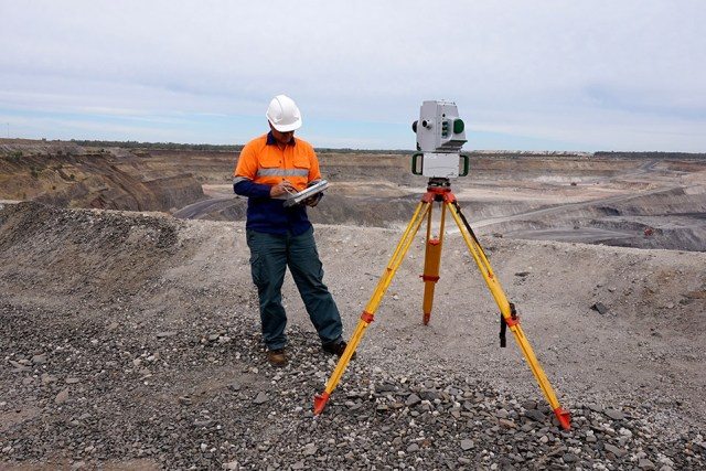 Gambar-1. Surveyor sedang memindai topografi menggunakan TLS