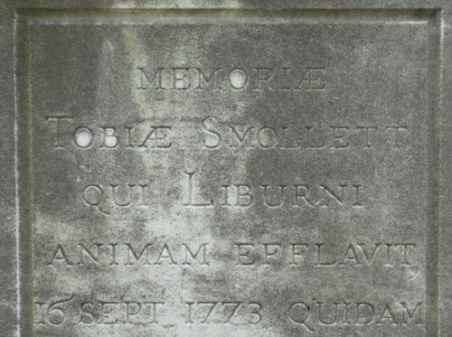 Particolare della tomba di Smollett. La data è quella della posa del momumento; Smollett morì a Livorno il 17 novembre 1771