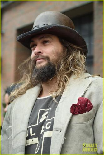 jason-momoa-shows-off-his-unique-style-while-out-to-lunch-with-lisa-bonet2-04