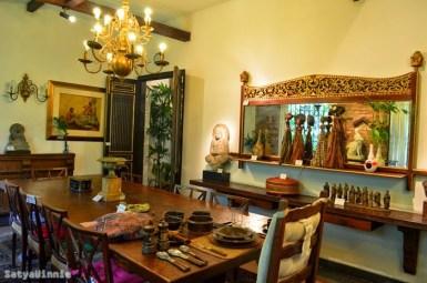 Ruang makan pun tidak boleh luput dari barang antik.