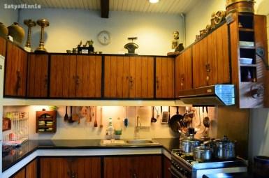 Patung perempuan yang ada di sebelah kanan atas adalah sang penjaga dapur. Kata Pak Mirza, dia suka pindah-pindah kalau malam.