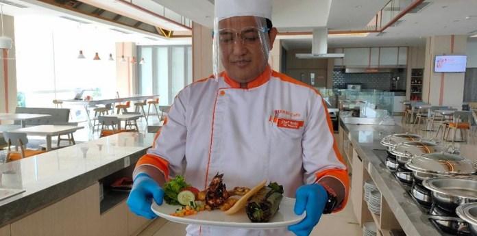 Chef Rachmad Andrianto menunjukkan Nasi Goreng Bakar (Gobar) ala Harris Hotel Bundaran Satelit