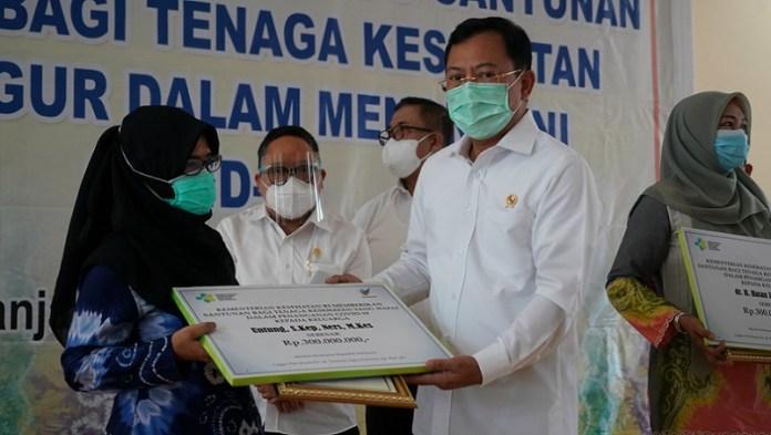 Kemensos Hentikan Santunan, Gubernur Khofifah Beri Santunan 5 Juta untuk Ahli Waris Korban Covid-19