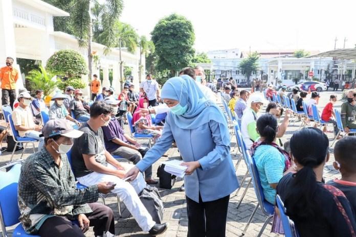 Beri Perhatian Wong Cilik, Gubernur Khofifah Berbagi 200 Paket Sembako