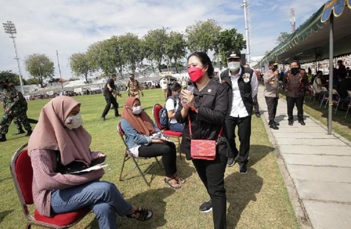 Puan Tinjau Vaksinasi Massal di Surabaya dan Beri 30 Ribu Dosis Vaksin Covid-19 untuk Warga Jatim