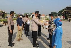 Polresta Sidoarjo Bersama PT. Siantar Top Salurkan Bantuan APD dan Masker Ke Rumah Sakit Rujukan di Sidoarjo
