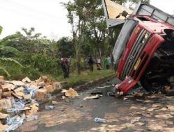 Truk Bermuatan Air Mineral Tertabrak Kereta Api di Krian Sidoarjo, Pengemudi Meninggal di Lokasi